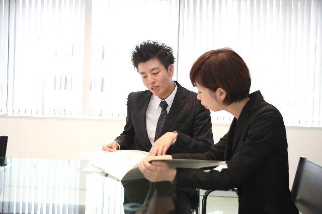 情報収集をする男女の営業担当