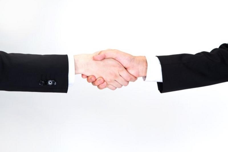 制約後の握手をするビジネスマン