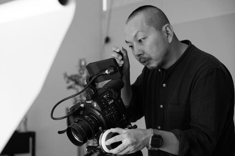 製品を撮るカメラマン