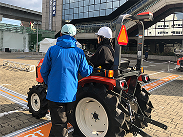 自動走行トラクタの試乗(1)